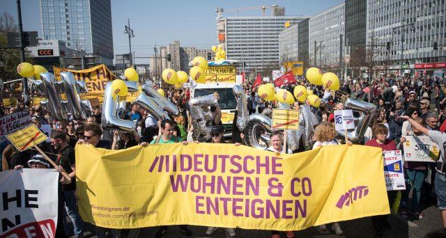 E' allarme casa a Berlino, dove l'amministrazione comunale sarà costretta a discutere di espropriare le case ai grandi proprietari per reagire all'impennata dei canoni pagati dagli inquilini.