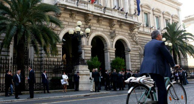 Il pil italiano avrebbe smesso di arretrare e nel primo trimestre sarebbe leggermente cresciuto, secondo le prime stime di Bankitalia. Eppure, il governo non ha aiutato e dovrebbe fare la sua parte.