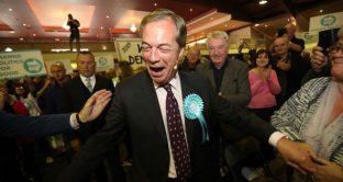 Il Brexit Party di Nigel Farage galoppa nei sondaggi, in vista delle elezioni europee. E per la prima volta, scavalca i Tories pure nelle rilevazioni per le elezioni generali, scatenando il panico nella maggioranza conservatrice.