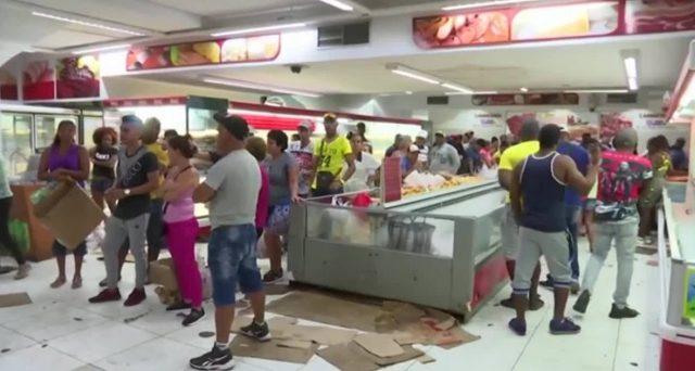 La crisi del Venezuela colpisce anche Cuba, che raziona i beni di prima necessità. Gli scaffali nei supermercati si svuotano e l'economia resta pianificata.