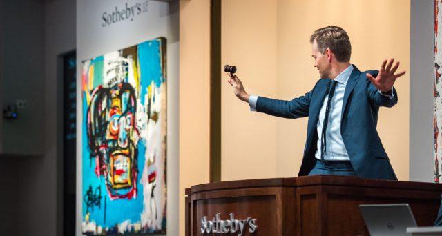 La casa d'aste Sotheby è stata venduta al magnate franco-israeliano Patrick Drahi, che la toglierà dalla borsa dopo 31 anni. Vediamo le ragioni.