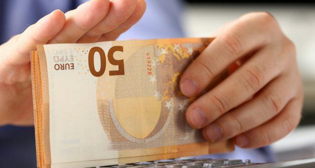 Salario minimo a 9,00 euro l'ora. E' la proposta del Movimento 5 Stelle di Luigi Di Maio, che trova la benedizione in Europa di Angela Merkel ed Emmanuel Macron, entrambi favorevoli a una norma europea.