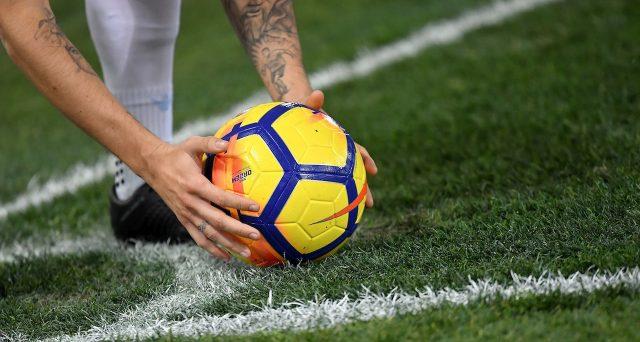 Gli abbonamenti al calcio di Serie A di Sky sono a rischio e così l'operatore satellitare punta a rafforzarli lanciandosi nel mercato della fibra ottica.