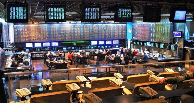 Cambio tra pesos e dollari crollato anche nella seduta di ieri e le obbligazioni di stato sono letteralmente precipitate. Migliaia di argentini stanno correndo a comprare oro e Bitcoin.