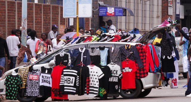 Zimbabwe sull'orlo dell'iperinflazione. Prezzi esplosono e pil in calo. Si teme il ritorno agli anni più bui dell'era Mugabe e tutto questo a seguito della reintroduzione della moneta sovrana dopo anni di ambiguità.