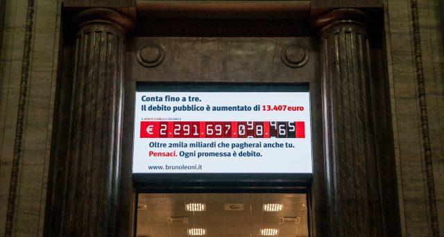 Il debito pubblico italiano non ha accennato a rallentare la corsa con l'ingresso nell'euro, come dimostrano i numeri dell'ultimo ventennio, raffrontati al decennio precedente.
