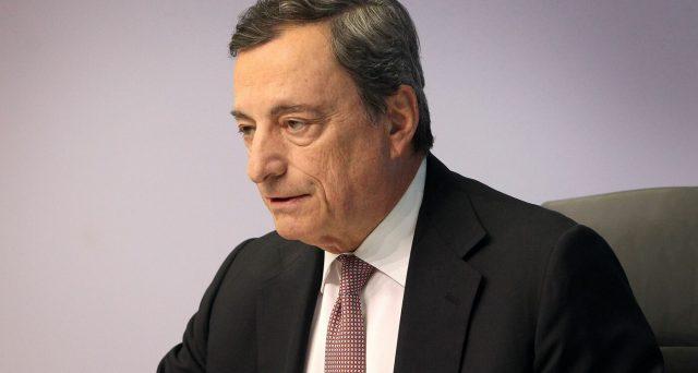 Il governatore Mario Draghi sta per concludere il mandato alla BCE senza più sostegno da parte dei membri forti come Francia e Germania, più isolato che mai in seno al board. E spazientito, replica alle critiche.