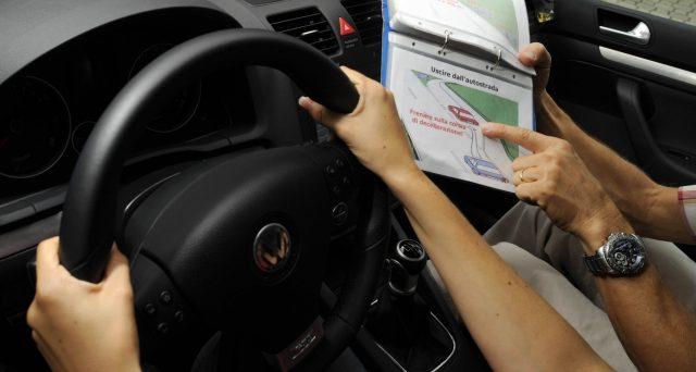 IVA al 22% sulla patente di guida e retroattivamente dal 2015. Le autoscuole rischiano di chiudere e a rimetterci saranno quasi certamente i neopatentati. Si prevede l'esplosione dei costi.