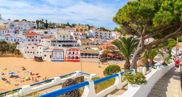 I pensionati Enel possono trasferirsi in Portogallo e beneficiare della tassazione zero sull'assegno? E come dovranno dimostrare il cambio di residenza?