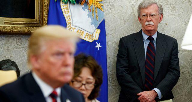 Il petrolio reagisce con un calo dell'1% alla notizia che il presidente Trump ha licenziato il suo terzo consigliere alla Sicurezza, John Bolton. Il caso riguarda l'Iran e lo scenario mediorientale, passando anche per l'Arabia Saudita.