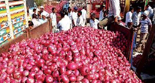 Le cipolle in India scarseggiano dopo la stagione dei monsoni e il governo di Nuova Delhi è passato alle maniere forti: vietate le esportazioni, limiti ai magazzini. Prezzi in calo, ma doppi rispetto a pochi mesi fa.