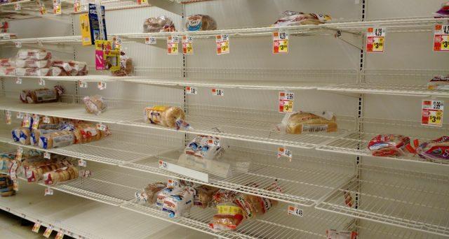 L'iperinflazione nello Zimbabwe diventa un incubo concreto dopo poco più di 10 anni dalla sua fine. I prezzi crescono a tre cifre su base annua e i supermercati già soffrono della carenza di beni, mentre il governo vieta gli scambi in dollari USA.