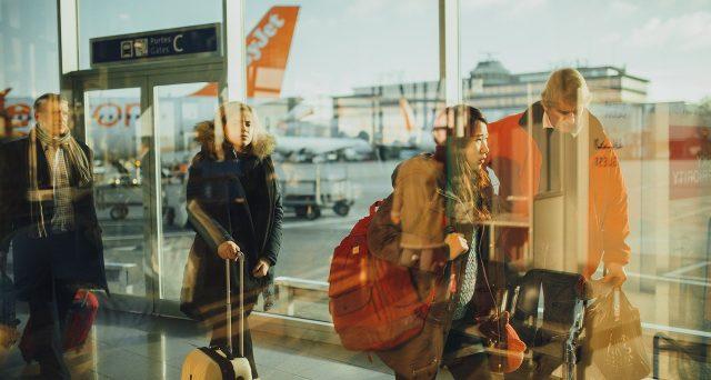 Arriva la denuncia degli studenti mentre Sicilia e Sardegna si alleano contro la stangata sui biglietti aerei.