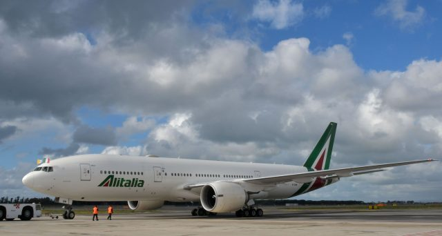 Il disastro Alitalia sembra completo, tant'è che nemmeno domani potrà essere rispettata la scadenza per la presentazione delle offerte di interessamento. La liquidità aziendale è quasi finita, malgrado gli aiuti pubblici stanziati a piene mani.