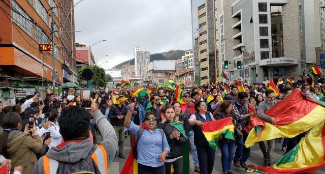 Bolivia nel caos dopo la fuga dell'ex presidente Evo Morales