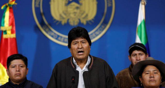 Evo Morales, presidente della Bolivia dal 2006 fino a ieri, si è dimesso dopo le violente proteste di piazza per la sua rielezione con brogli. Si nasconde nella regione di Cochabamba, inseguito dalla polizia, che nega il mandato di cattura.