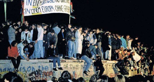 La caduta del Muro di Berlino fu la condizione che fece scattare in Europa l'esigenza di una moneta unica. La Germania si oppose all'abbandono del marco tedesco, ma si vide costretta a cedere. In cambio, pretese condizioni di garanzia per sé.