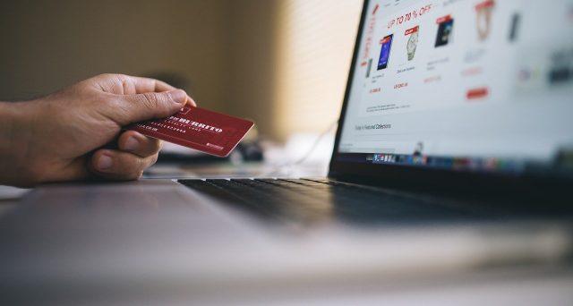 La giornata dello shopping sfrenato in Cina ha fruttato 13 miliardi di vendite in un'ora per il colosso Alibaba.