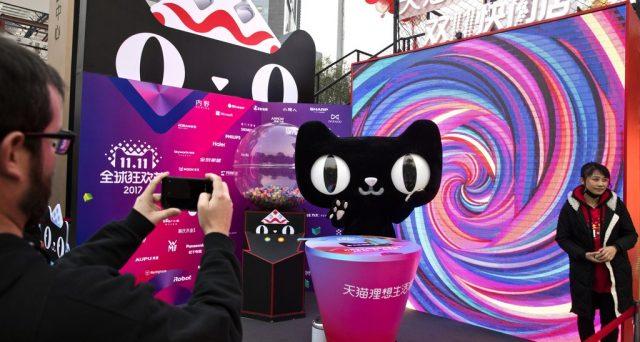 Il Singles Day in Cina imita il Black Friday negli USA e le cifre dell'uno e dell'altro evento aggiornano i record degli anni precedenti, tastando il polso delle due principali economie mondiali e creando una competizione anche nel mondo dello shopping.