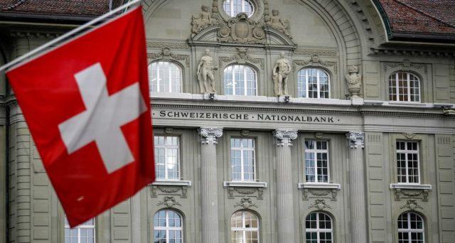 La Banca Nazionale Svizzera continua a comprare azioni a Wall Street per aumentare le riserve valutarie e indebolire il cambio, al fine di sostenere la ripresa dell'inflazione. Ma lo shopping non passa inosservato.