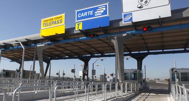 La minaccia di revoca delle concessioni autostradali si lega al mancato salvataggio di Alitalia da parte della famiglia Benetton. E anche le altre crisi aziendali confermano che lo stato in Italia mette in fuga gli investitori.