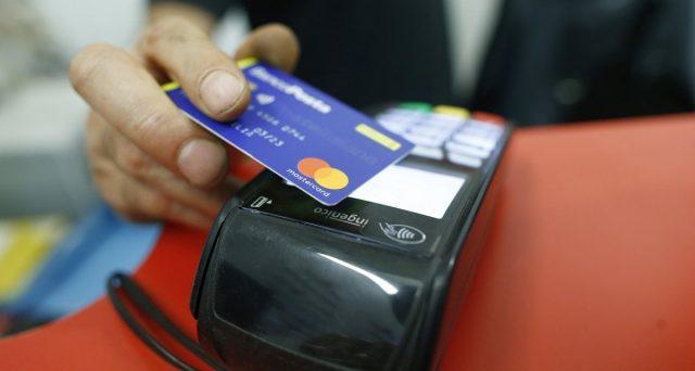Bonus Befana da 2.000 euro per chi fa la spesa con carta di credito o bancomat. Lo promette il premier Giuseppe Conte, ma i conti non tornano. E la stretta sul contante resta certa.