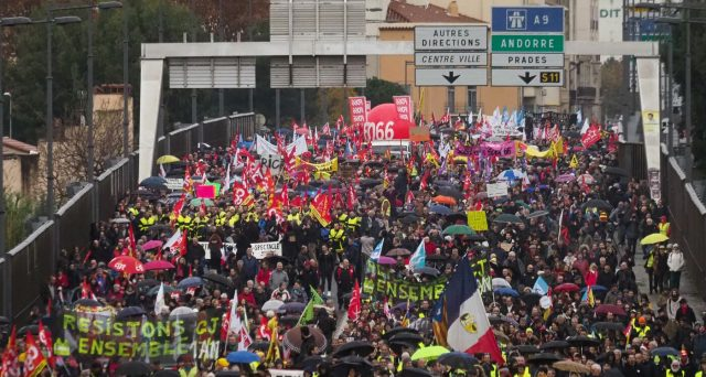 Proteste in Francia contro la riforma delle pensioni del presidente Macron. Si dimette l'Alto Commissario che l'ha proposta per uno scandalo relativo al suo conflitto d'interessi, mentre la piazza contrasta idee di apparente buon senso.