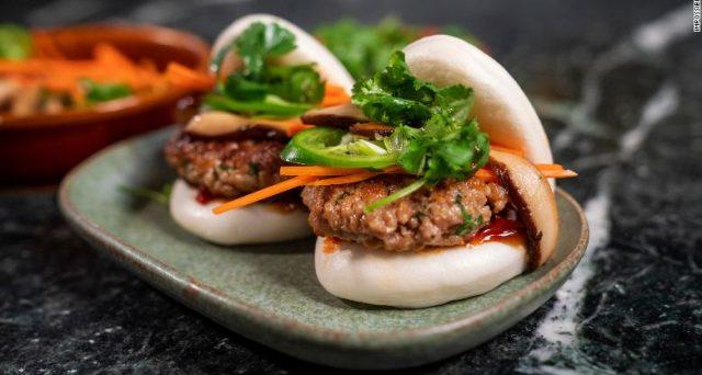 Dopo gli hamburger di carne finta ora Impossible Foods sta per lanciare anche le finte salsicce di maiale.