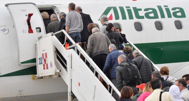 I conti di Alitalia peggiorano paurosamente, specie sul fronte della gestione industriale. I passeggeri calano e i contribuenti italiani vengono chiamati a pagare l'ennesimo