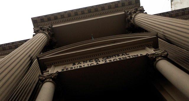 Argentina in lotta contro l'inflazione tagliando i tassi