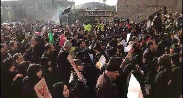 La crisi dell'Iran riduce i margini di manovra per l'ayatollah Khameini. Solo un
