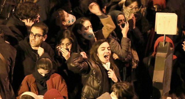 Proteste di piazza in Iran contro l'abbattimento per errore dell'aereo ucraino a Teheran. I manifestanti chiedono la testa dell'ayatollah e del governo, mentre l'America benedice la rivolta e avverte l'Iraq che perderà l'accesso ai petrodollari.