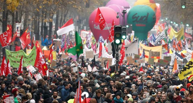 Le proteste di piazza in Francia contro la riforma delle pensioni hanno piegato l'Eliseo. Il presidente Emmanuel Macron ha ritirato la proposta, che era tutt'altro che irragionevole. Ma i sindacati transalpini hanno la testa rivolta al passato.