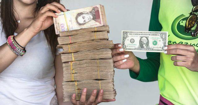 Pagamenti in dollari sempre più diffusi in Venezuela per combattere gli effetti dell'iperinflazione. Ma non si sa più dove metterli, perché le banche ufficialmente non possono accettarli.