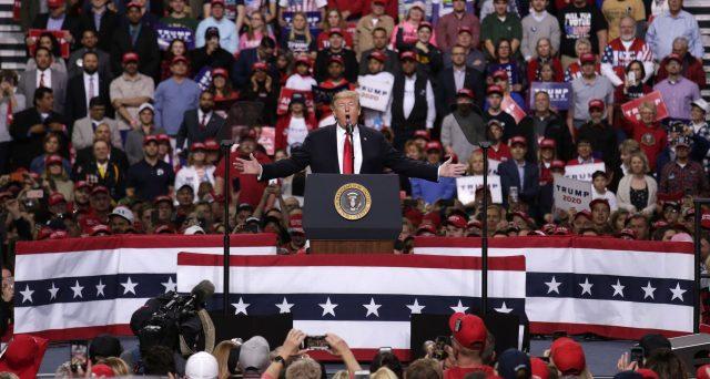 Il presidente Trump chiede 2,5 miliardi di dollari per affrontare l'emergenza Coronavirus e Wall Street reagisce male allo scenario di una epidemia anche negli USA. Ma alla Casa Bianca questo clima, se non degenera, conviene.