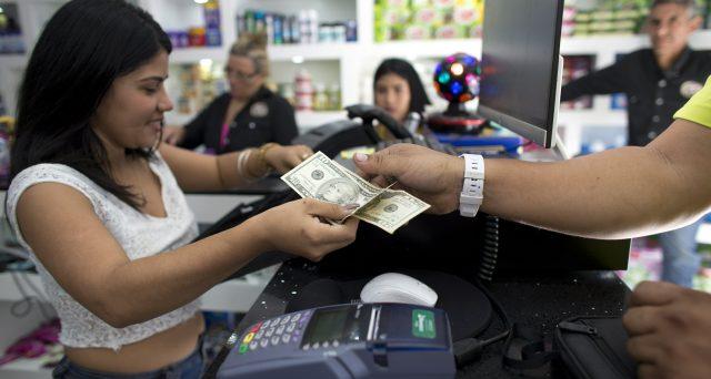 Gli emigranti venezuelani stanno dando una mano all'economia di Caracas con l'invio delle rimesse in dollari alle loro famiglie. Il governo si limita a tollerare il fenomeno e l'iperinflazione può dirsi cessata, sebbene i prezzi restino esplosivi.