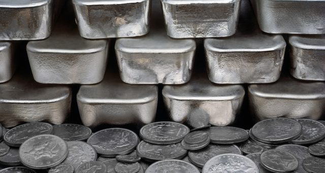 Il prezzo dell'argento è crollato ai minimi da inizio 2009, scendendo ieri fin sotto i 12 dollari l'oncia. E adesso dovrebbe iniziare a fare gola.
