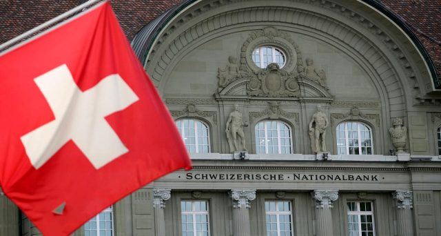 La Banca Nazionale Svizzera continua a tenere il franco sotto controllo, impedendogli di rafforzarsi ulteriormente, staccando nel frattempo un assegno miliardario allo stato, il doppio del 2019.
