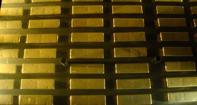 Quotazioni dell'oro ai minimi da dicembre e in picchiata: -12% in poco più di una settimana. Fa impressione che il bene rifugio si deprezzi in una fase di panico sui mercati. Vediamo cosa significa.