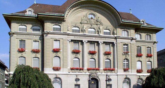 Franco svizzero ai massimi da 5 anni contro l'euro con l'emergenza Coronavirus. E la banca centrale accusa maxi-perdite nel primo trimestre, dovute proprio al tentativo di indebolire il cambio.