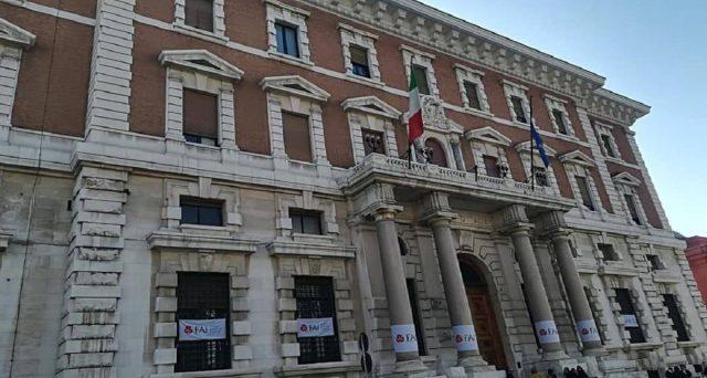 I prestiti delle banche alle imprese, pur garantiti dallo stato, non decollano. Il sistema economico italiano rischia la caduta verticale, ma il problema è la sua natura arretrata.