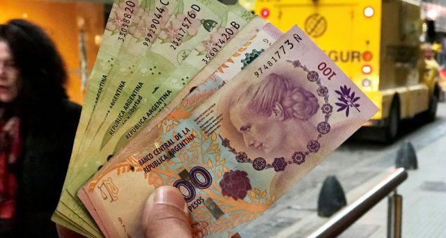 A nono default ufficialmente scattato, milioni di argentini cercano una via di fuga dai pesos e dalle stesse banche e corrono al mercato nero a comprare dollari.