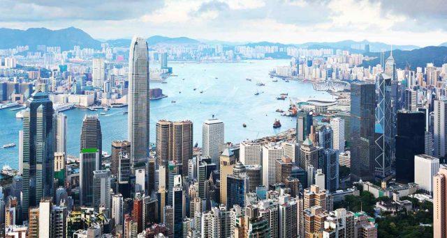 La Cina punta a ridurre l'autonomia di Hong Kong, scatenando le ire degli USA, che minacciano ritorsioni economiche contro Pechino. E' il primo atto del mondo post-pandemia.