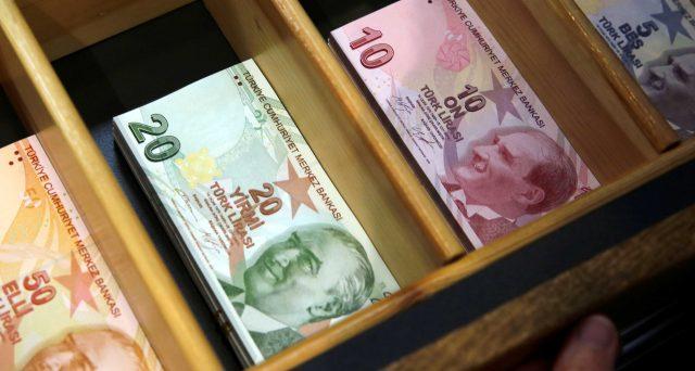 Nuovi minimi storici per la lira turca contro il dollaro, che risente del collasso dell'economia e delle disfunzioni della banca centrale. Ad appena due anni dalla tempesta finanziaria che la travolse, Ankara rischia il bis.