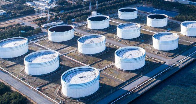 Arabia Saudita e partner del Golfo Persico hanno annunciato nuovi tagli alle estrazioni di petrolio. Il Brent risale, restando sotto i 30 dollari al barile. L'offerta scende anche negli USA, ma la domanda resta ancora più bassa.