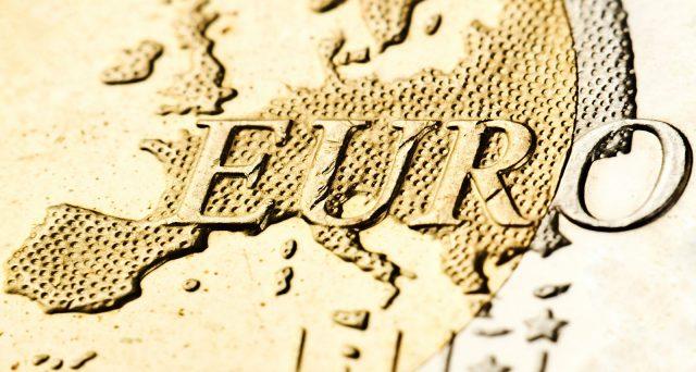 La decisione della Corte Costituzionale della Germania di porre un ultimatum alla BCE fa vacillare l'euro dalle fondamenta nel peggiore momento della sua storia poco più che ventennale.