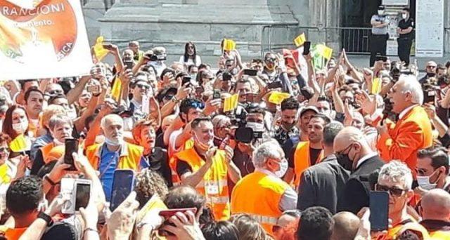 Si moltiplicano i segnali di rischio per la tenuta del sistema Italia. Nel fine settimana scorso, migliaia di manifestanti si sono radunati a Milano per ascoltare le parole farneticanti di Antonio Pappalardo, ex Generale dei Carabinieri, oggi in pensione. Non avevano nulla di serio da ascoltare, ma se si sono assembrati è stato forse per […]