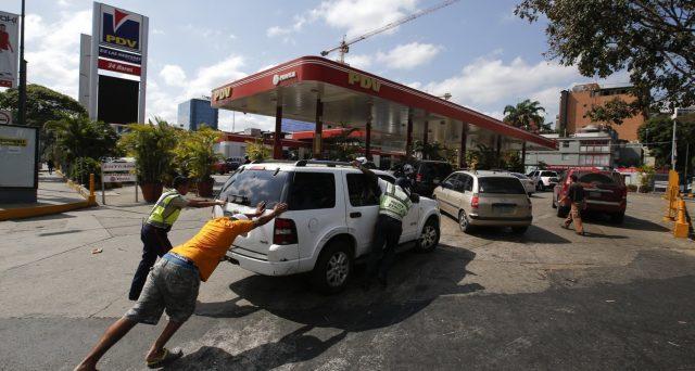 Il Venezuela, sotto osservazione in questi giorni per i presunti rapporti tra il regime e il Movimento 5 Stelle, è rimasto senza carburante, malgrado sia la prima potenza petrolifera del mondo.