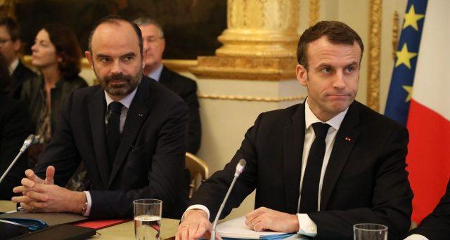 Il presidente francese ha chiesto e ottenuto le dimissioni dell'esecutivo per reagire alla pesante sconfitta alle amministrative di domenica scorsa. Così, però, rischia di aggravare la sua posizione.
