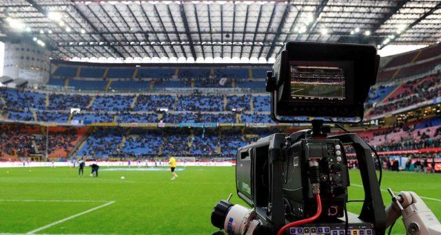 Calcio italiano alla prova ripartenza dopo il Covid. La Lega si riunisce oggi per decidere se accettare l'offerta di due fondi stranieri per rilanciare la vendita dei diritti TV.